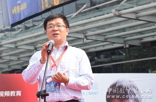 中国教育装备行业协会副会长兼秘书长夏国明主持开幕式.jpg