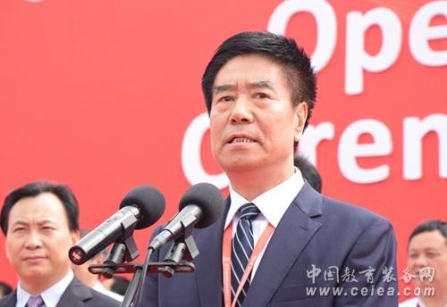 中国教育装备行业协会会长王富出席开幕式并讲话.jpg